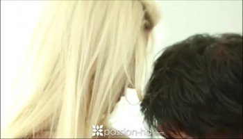 Anna Bell Peaks making out with Tony in the hotel room